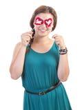 Muchacha sonriente del adolescente con la piruleta en forma de corazón Imagen de archivo libre de regalías