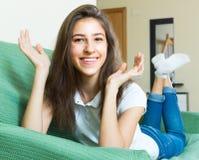 Muchacha sonriente del adolescente en el sofá Imagen de archivo