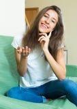 Muchacha sonriente del adolescente en el sofá Fotos de archivo libres de regalías