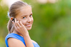 Muchacha sonriente del adolescente en hablar encendido Imágenes de archivo libres de regalías