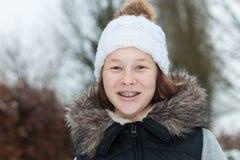 Muchacha sonriente del adolescente en un parque del invierno imagen de archivo