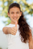 Muchacha sonriente del adolescente que dice muy bien Imagen de archivo libre de regalías