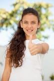 Muchacha sonriente del adolescente que dice muy bien Foto de archivo