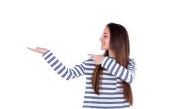 Muchacha sonriente del adolescente que muestra algo con su mano Imagen de archivo