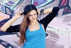 Muchacha sonriente del adolescente que presenta contra la pared Fotografía de archivo libre de regalías