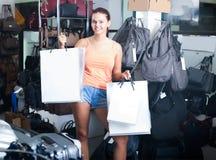 Muchacha sonriente del adolescente que sostiene los panieres en boutique Fotografía de archivo libre de regalías