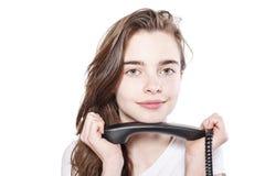 Muchacha sonriente del adolescente que sostiene un receptor Fotos de archivo