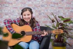 Muchacha sonriente del adolescente que toca la guitarra Fotografía de archivo libre de regalías