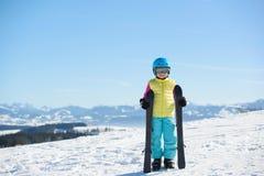 Muchacha sonriente del esquiador en las montañas en un día soleado Imagen de archivo