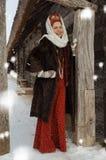 Muchacha sonriente del estilo popular en un abrigo de pieles Imágenes de archivo libres de regalías