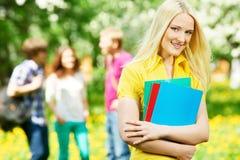 Muchacha sonriente del estudiante al aire libre Foto de archivo