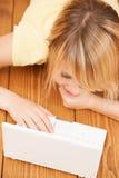 Muchacha sonriente del estudiante con el ordenador portátil en la escuela Foto de archivo libre de regalías
