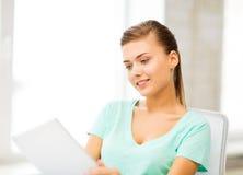 Muchacha sonriente del estudiante con PC de la tableta Fotos de archivo libres de regalías