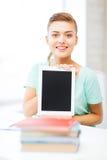 Muchacha sonriente del estudiante con PC de la tableta Imagenes de archivo