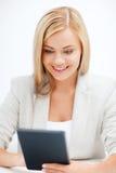 Muchacha sonriente del estudiante con PC de la tableta Fotografía de archivo libre de regalías