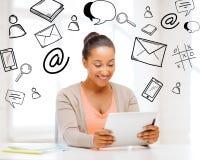 Muchacha sonriente del estudiante con PC de la tableta Imágenes de archivo libres de regalías