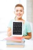 Muchacha sonriente del estudiante con PC de la tableta Foto de archivo libre de regalías