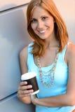 Muchacha sonriente del estudiante con verano de la taza de café Foto de archivo
