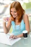 Muchacha sonriente del estudiante que trabaja en universidad del ordenador portátil Imagen de archivo