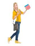 Muchacha sonriente del estudiante que va de lado Fotos de archivo libres de regalías
