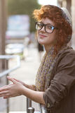 Muchacha sonriente del inconformista al aire libre Foto de archivo