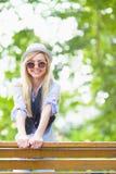 Muchacha sonriente del inconformista al aire libre Imágenes de archivo libres de regalías