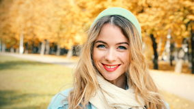 Muchacha sonriente del inconformista de la moda en Autumn Background almacen de video
