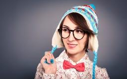 Muchacha sonriente del inconformista en sombrero divertido del invierno en gris Imágenes de archivo libres de regalías