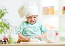 Muchacha sonriente del niño del panadero en sombrero del cocinero Imagen de archivo