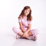 Muchacha sonriente del niño en ropa deportiva Foto de archivo