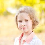 Muchacha sonriente del niño que presenta al aire libre Fotos de archivo