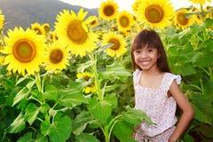 Muchacha sonriente del primer en el campo de los girasoles Fotos de archivo libres de regalías