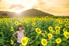 Muchacha sonriente del primer en el campo de los girasoles Foto de archivo
