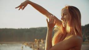 Muchacha sonriente del retrato en bikini que goza por el océano el vacaciones de la playa metrajes