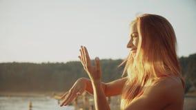 Muchacha sonriente del retrato en bikini que goza por el océano el vacaciones de la playa almacen de video