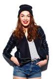 Muchacha sonriente elegante de la mujer en paño casual con los labios rojos Foto de archivo