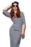 Muchacha sonriente elegante de la mujer en paño casual con los labios rojos Fotografía de archivo