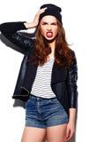 Muchacha sonriente elegante de la mujer en paño casual con los labios rojos Fotos de archivo