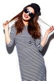 Muchacha sonriente elegante de la mujer en paño casual con los labios rojos Imagen de archivo