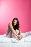 Muchacha sonriente en cama Fotografía de archivo libre de regalías