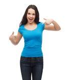 Muchacha sonriente en camiseta azul en blanco Fotografía de archivo