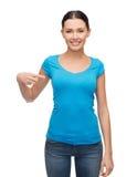 Muchacha sonriente en camiseta azul en blanco Fotos de archivo libres de regalías
