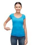 Muchacha sonriente en camiseta azul en blanco Foto de archivo libre de regalías