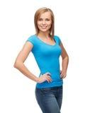 Muchacha sonriente en camiseta azul en blanco Fotos de archivo