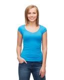 Muchacha sonriente en camiseta azul en blanco Imagen de archivo