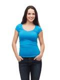 Muchacha sonriente en camiseta azul en blanco Fotografía de archivo libre de regalías