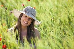 Muchacha sonriente en campo Foto de archivo libre de regalías