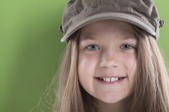 Muchacha sonriente en casquillo verde Foto de archivo libre de regalías