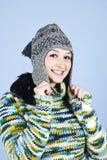 Muchacha sonriente en casquillo y suéter de las lanas Imagen de archivo libre de regalías