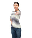 Muchacha sonriente en clother casual que señala en usted Foto de archivo libre de regalías